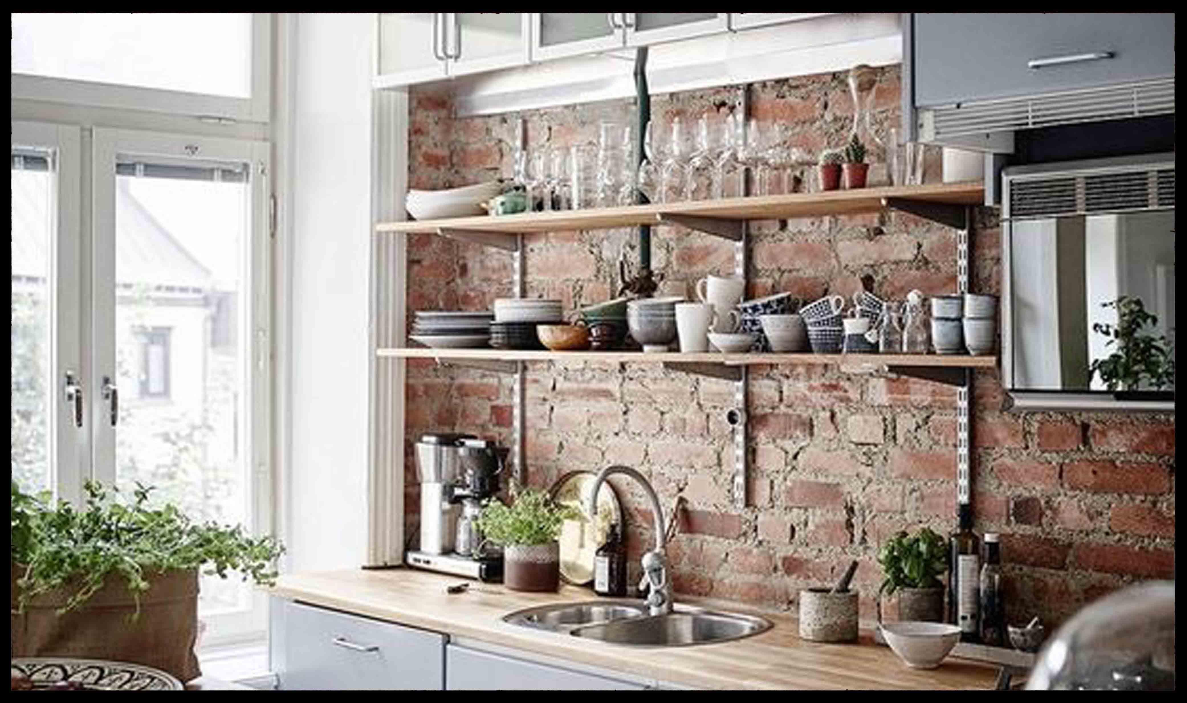 Afgebrokkelde stonepress bakstenen muur door stonepress techniek en oude afgebikte bewerking