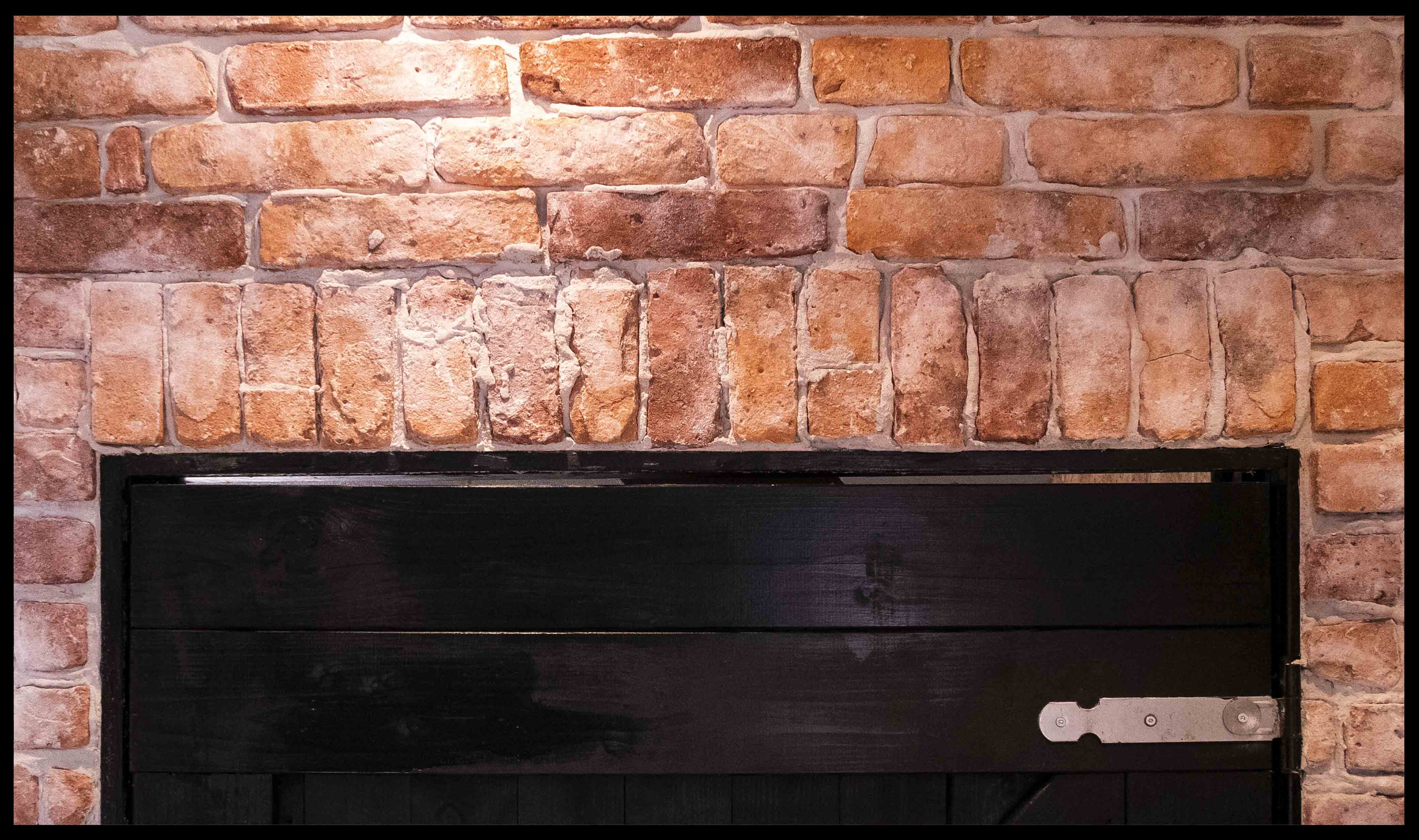 Afgebrokkelde stonepress bakstenen muur door stonepress techniek en oude afgebikte bewerkingAfgebrokkelde stonepress bakstenen muur door stonepress techniek en oude afgebikte bewerking