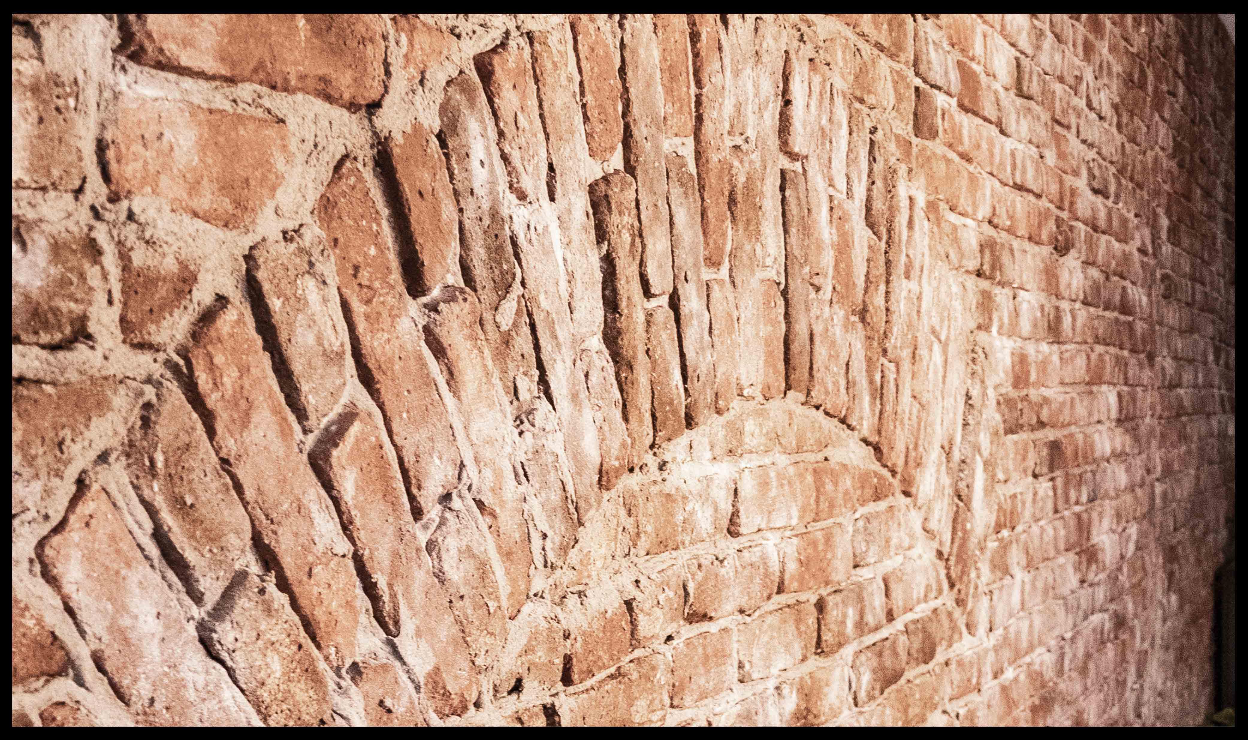 Bruine indstriele bakstenen muur steenstrips van StonePress, de makers van industriele baksteen muren